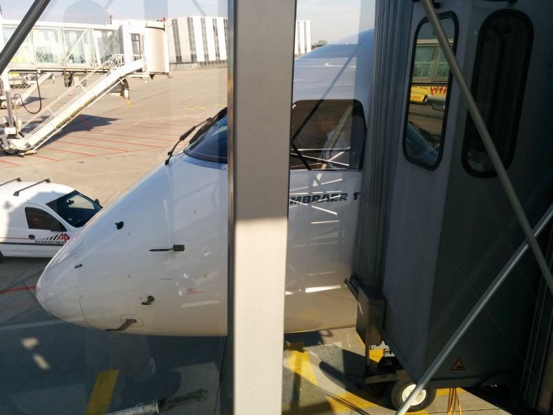 Embraer 170 für den Flug von Hannover nach Paris. Man spürt jede geringste Bewegung des Fluggeräts :)