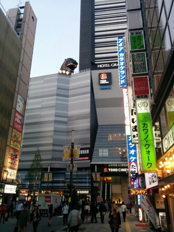 Godzilla usw. (In der Nähe der besagten Taito Station und CoCo Ichi)