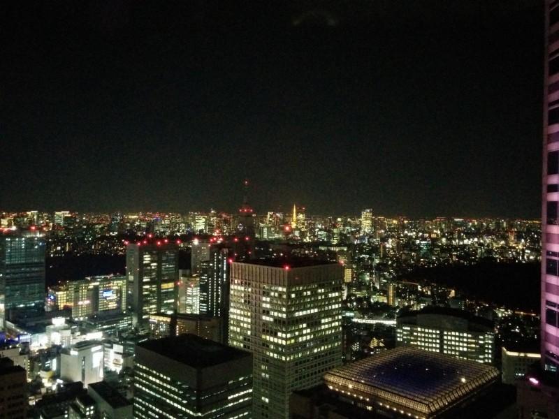 Aussicht vom Tokyo Metropolitan Government Building mit Kamera an die Scheibe gepresst damit es nicht extrem spiegelt.
