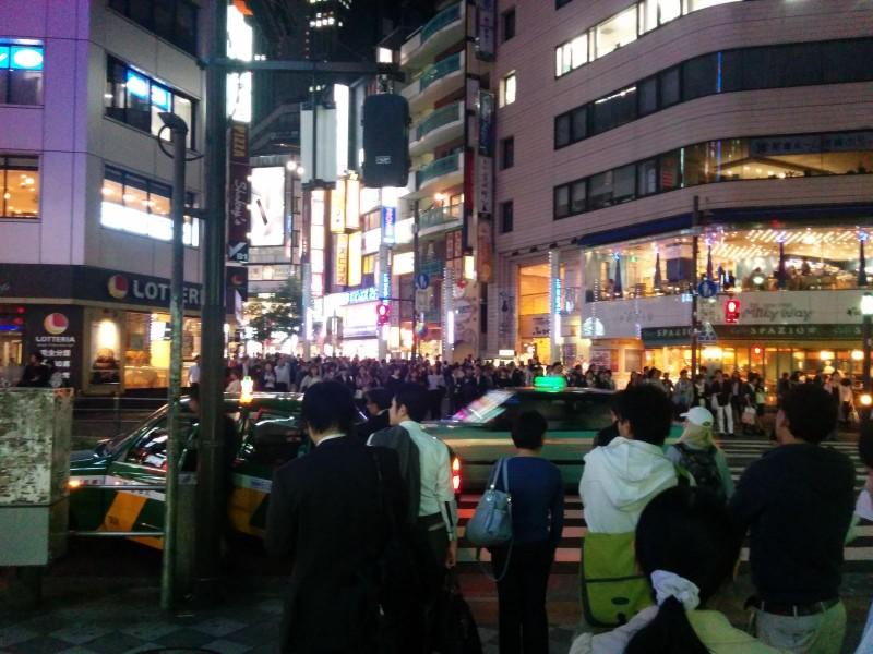 Einige wenige Menschen in Ikebukuro.