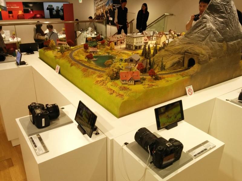 Im Sony Showroom lagen Kameras, sowie Züge, die man mit ihnen fotografieren konnte, bereit.