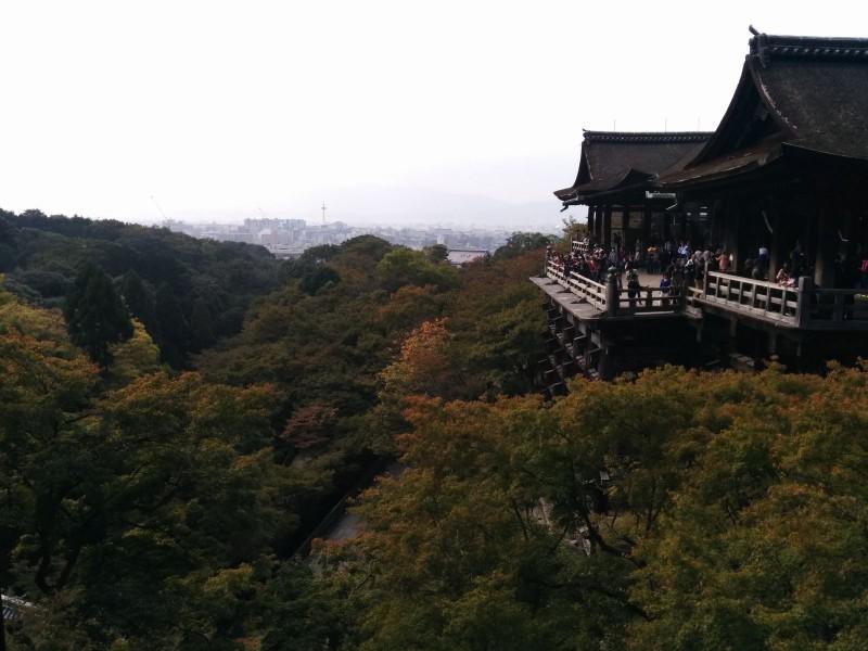Kiyomizudera und im Hintergrund der Rest der Stadt.