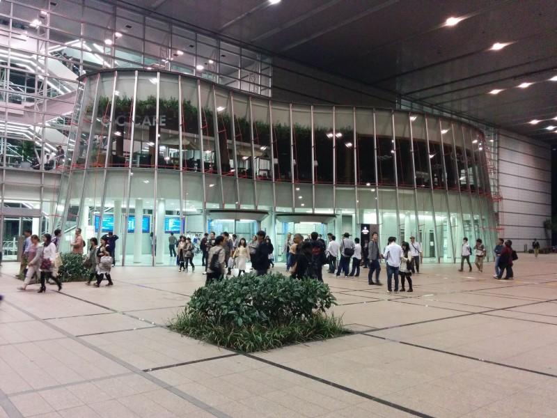 Eingang Osaka International Convention Center (mit Grand Cube). Selbstverständlich muss man bis zum Eingang der Konzerthalle erstmal 7-8 Rolltreppen nach oben nehmen.