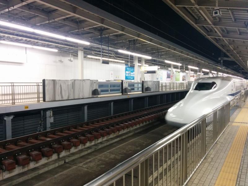 Nase eines N700A Shinkansen als Kodama 698 Richtung Nagoya in Shin-Osaka.