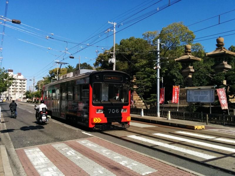 Wagen 706 mit Pachinkowerbung vorm Sumiyoshi-Taisha
