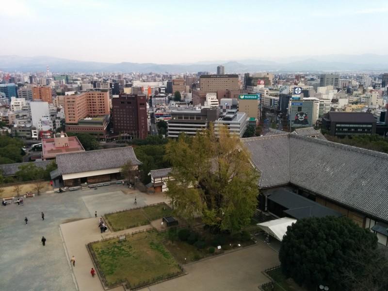 Ausblick von der Burg Kumamoto. Der aufmerksame Beobachter kann Kumamon erkennen.